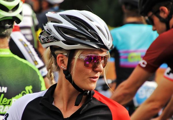 mulher bicicleta capacete pasja1000 por Pixabay