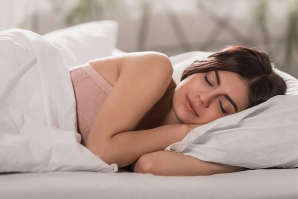 mulher dormindo cama