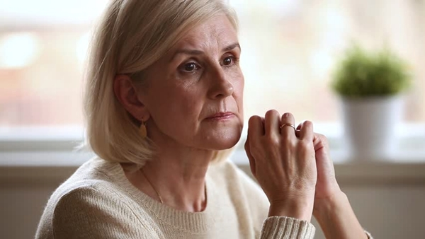 shutterstock mulher madura pensando