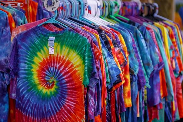 tie-dye camisetas coloridas loja cabides Karol Olson por Pixabay